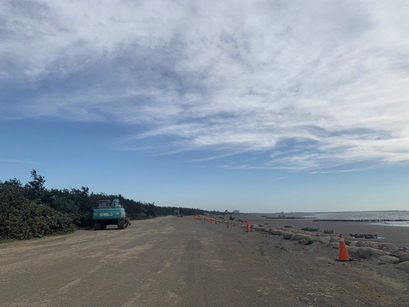 沿著海岸線除了消坡塊、工程機具,平時人煙稀少。記者巫鴻瑋/攝影