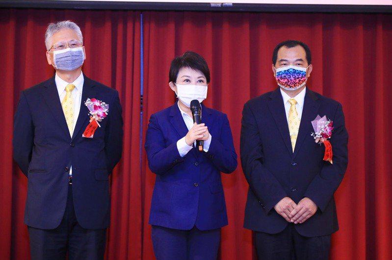 台中市24家歷任金手獎獲獎企業,捐贈1萬5000份快篩劑協助市府抗議。圖/台中工策會提供