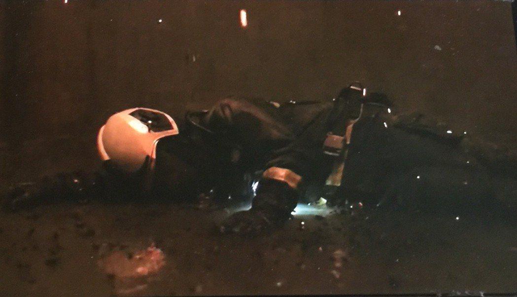 林柏宏飾演的消防員張志遠掉落電梯井。圖/翻攝Netflix