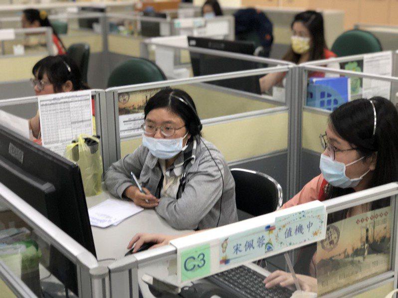 高雄1999專線近一周成長約2成,民眾紛紛打電話問最新防疫規定,話務人員忙著解釋、說明。本報資料照片