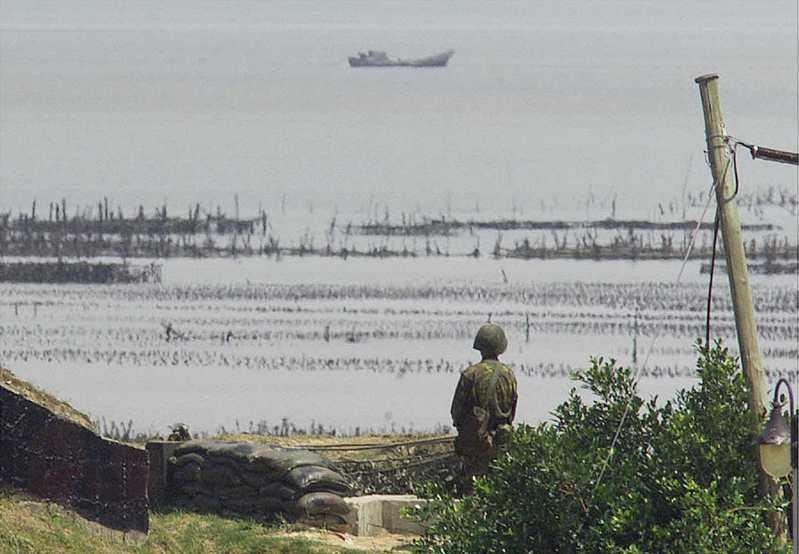 一份新披露的文件指出,美國國務卿杜勒斯在823砲戰期間曾說,沒有人那麼在乎丟了幾個外島,但若丟了,表示共產主義進一步侵略,將產生負面效應。圖為2000年時的金門守軍,上方為中國漁船。路透