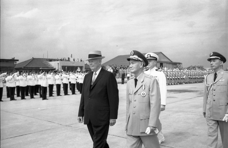 八二三砲戰後,美國總統艾森豪訪華,蔣中正親率中央文武首長在松山機場歡迎。圖/聯合報系資料照片