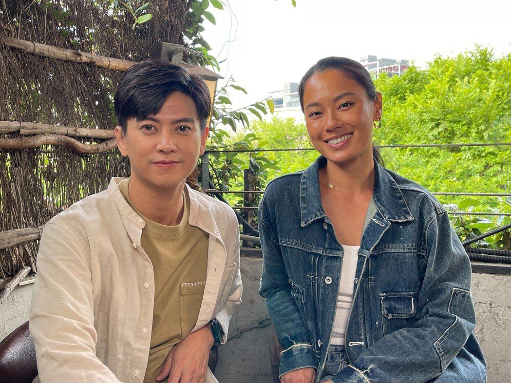劉奕(左)自製新網路節目「哈利不是波特」,首集邀請王麗雅暢聊模特兒歷程。圖/民視