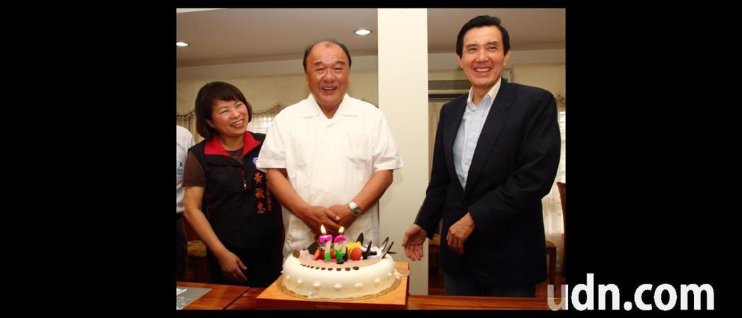 馬英九(右)曾南下幫陳政寬(中)祝壽過生日,當時陳感謝說:「一路走來風風雨雨,但...