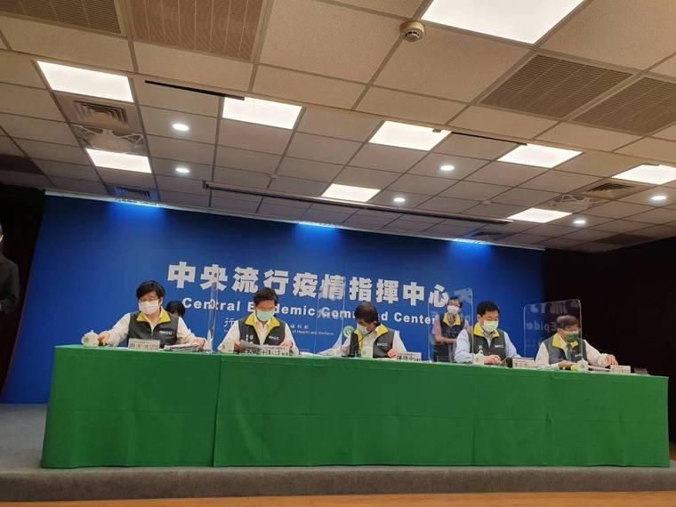 中央流行疫情指揮中心疫情監測組組長周志浩(前排左起)、專家諮詢小組召集人張上淳、...