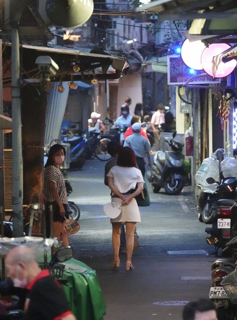國民黨議員鍾小平爆料,萬華不少外籍茶藝館女侍流竄中南部。圖為三水街附近街景。本報資料照片