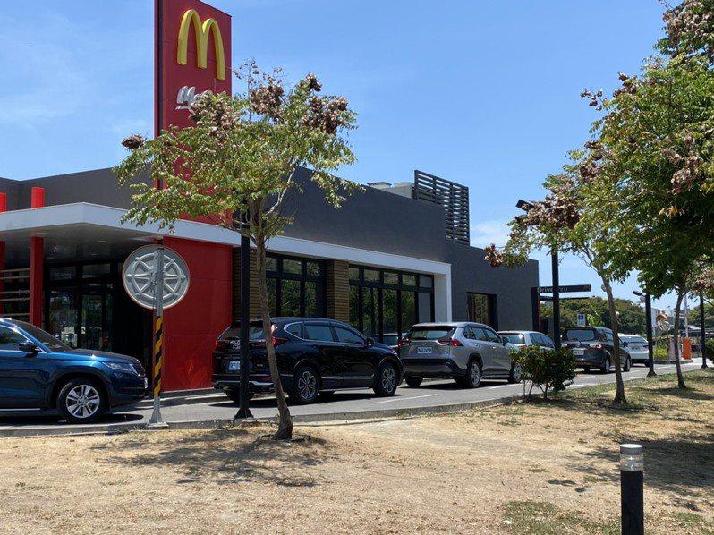 高雄橋頭區一家連鎖速食餐廳,用餐時段得來速車道排滿購餐車潮。記者陳弘逸/攝影