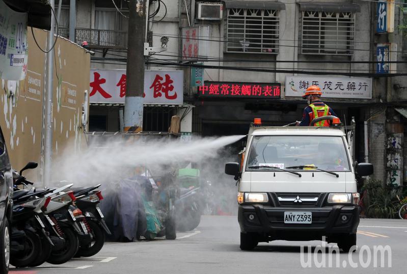 疫情嚴峻,新北市府全面提高疫情熱區噴消頻率,環保局人員今天在板橋巷弄街道全面大清消。記者胡經周/攝影