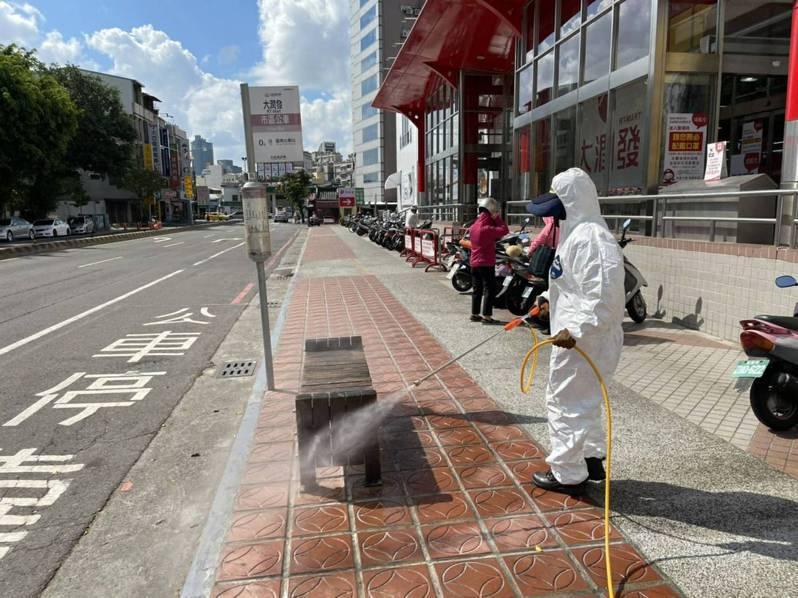 台南市政府昨天前往北區大潤發消毒。圖/市政府提供
