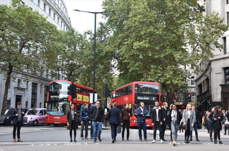 拍攝於去年約9月底的倫敦,儘管疫情緊張,配戴口罩的比例還是明顯不高。蘇逸涵/攝影