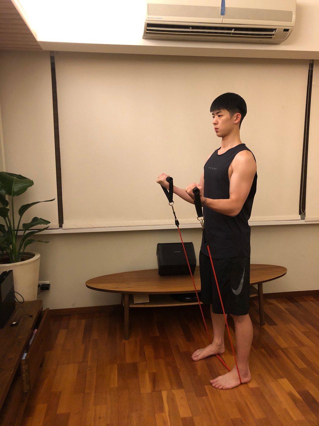 林亭翰買器材宅在家,每日自操3小時。圖/青田音樂提供