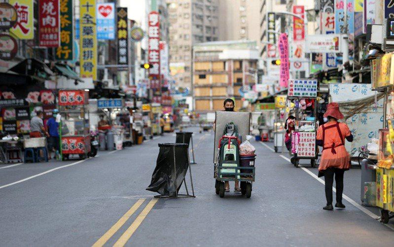 全高市已有18處夜市休市,光華、六合等夜市出入口也實施簡訊實聯制。記者劉學聖/攝影