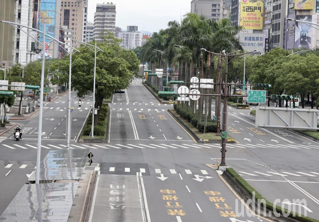 三級警戒假日的西門町與中華路上車輛稀少,整個西區空蕩蕩。記者許正宏/攝影