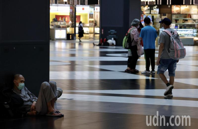 為了防疫,全台不少餐廳禁制內用、超商拒絕民眾借用廁所,沒有自己空間的街友或坐或躺的在台北車站內休息。記者許正宏/攝影