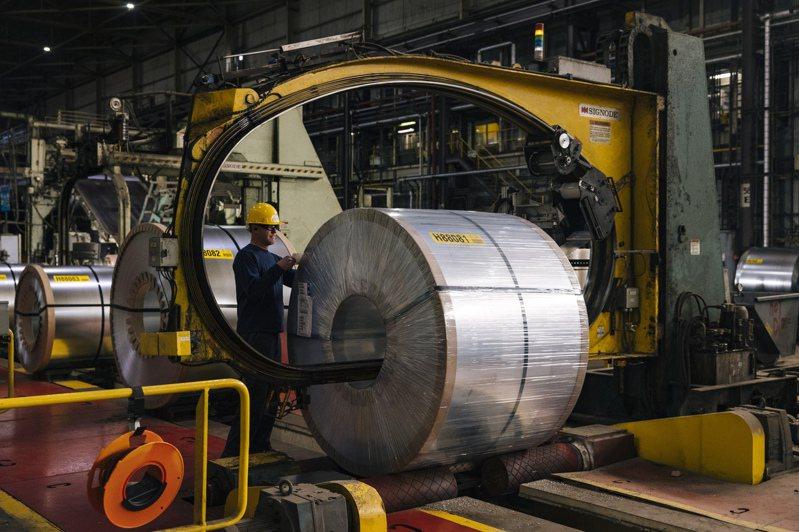 儘管近來美國鋼品價格上漲,長期來看,並未扭轉職缺流失問題,1960年代初期至今,鋼鐵業就業人數減少超過75%。圖為鋼捲包裝及標記。圖/紐約時報