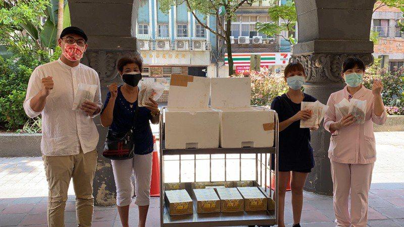 基隆市復興路YUMMY蔥抓餅店今送100份蔥抓餅及飲料到衛生福利部基隆醫院,表達對醫護人員的謝意。圖/基隆市議員張秉鈞提供
