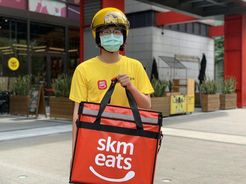 新光三越skm eats外送服務,透過新光三越專屬外送車隊直送餐點。圖/新光三越提供