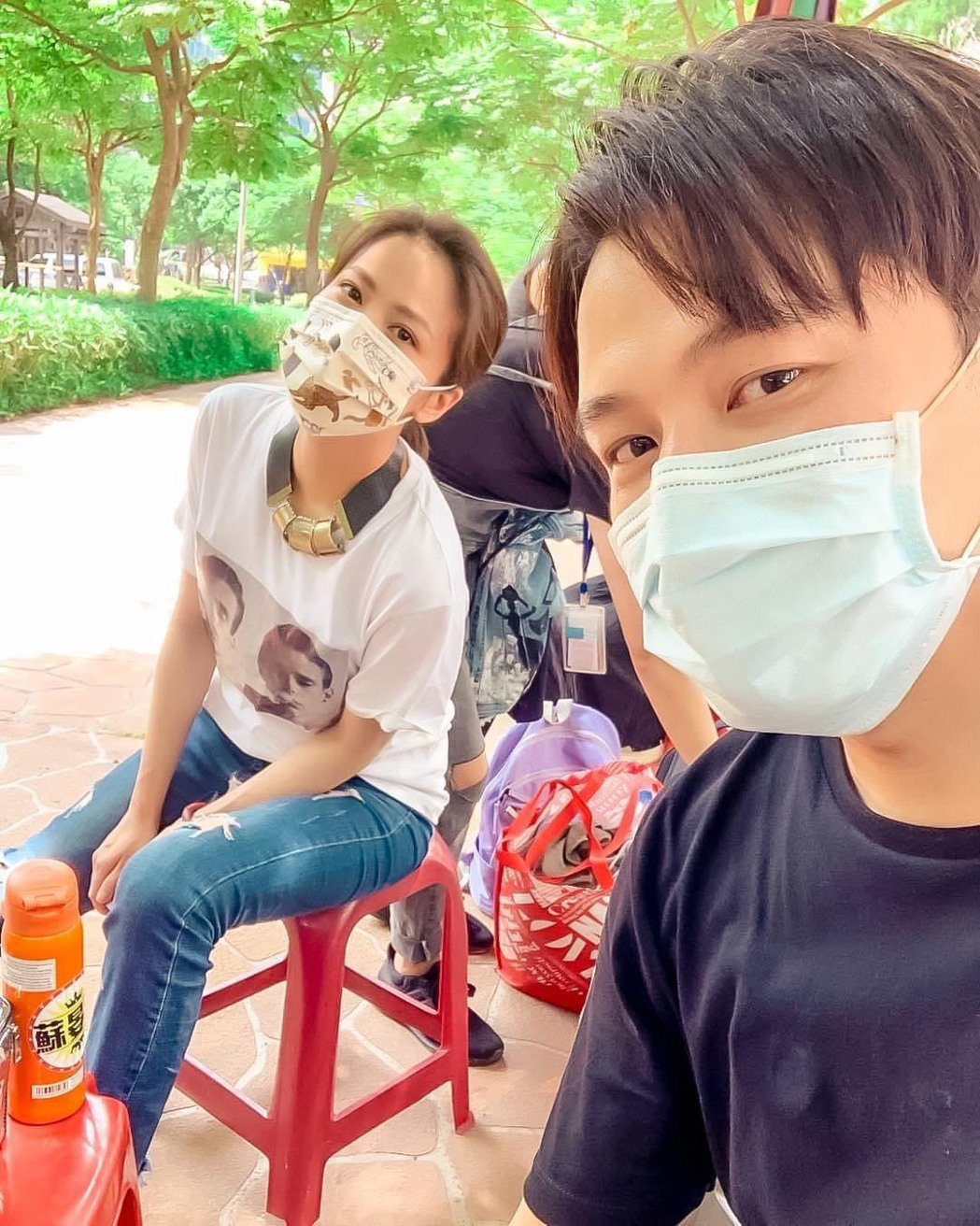 蘇晏霈(左)、黃文星拍攝「多情城市」外景戲依然將口罩戴好。圖/摘自臉書