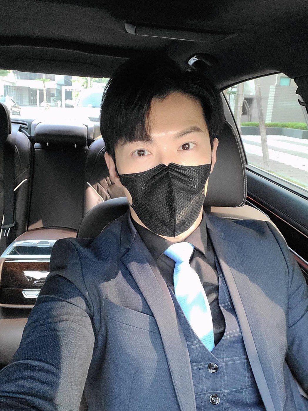 黃少祺在車內還是戴著口罩。圖/摘自臉書