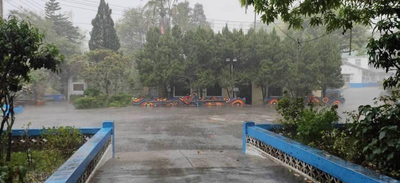 高雄市六龜區今天下午出現午後雷陣雨還打雷,在地居民開心拍照分享。圖/讀者提供
