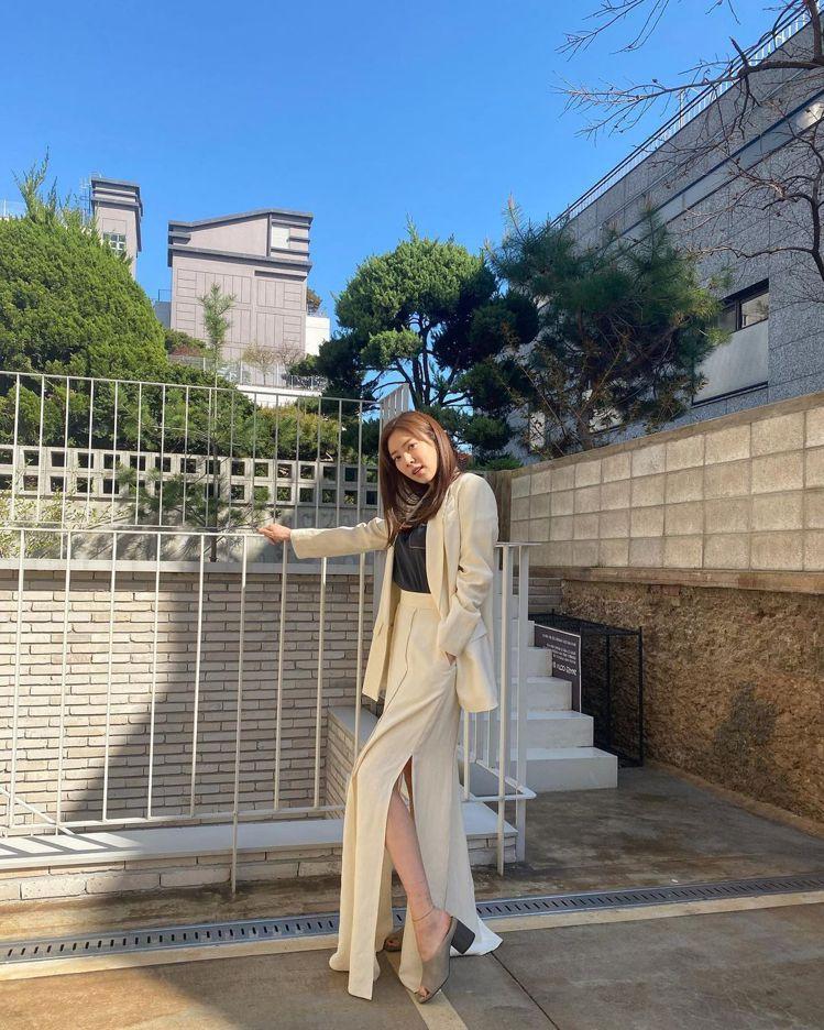 韓國女星孫淡妃用Brunello Cucinelli長板開衩裙搭配西裝外套,展現...