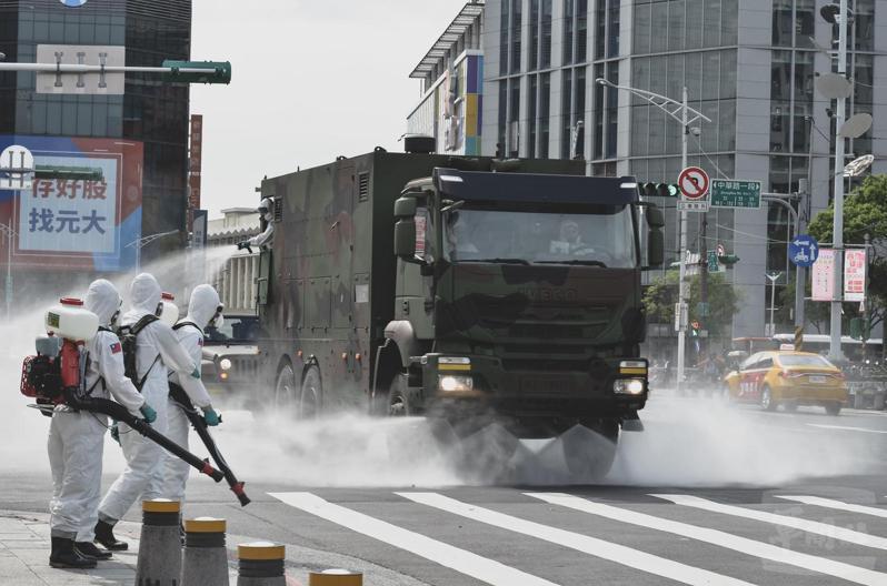 陸軍化學兵出動MD-105消毒車,在台北西門町街頭執行消毒。圖/軍聞社提供