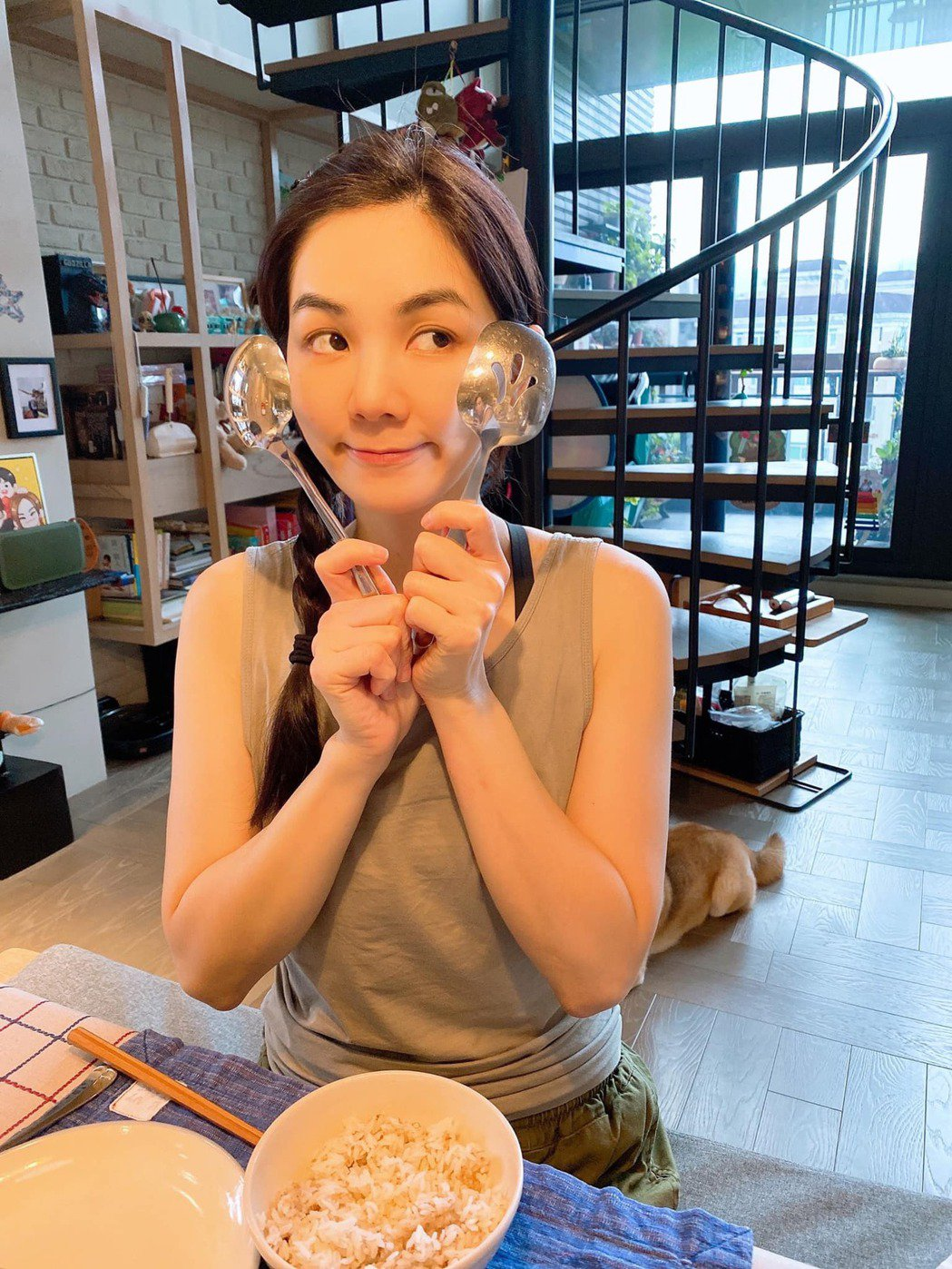 Ella(陳嘉樺)搖身一變「全職家庭主婦」。圖/摘自臉書