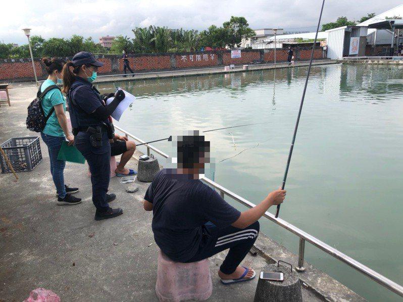 台東縣衛生局會同台東警分局查獲一家釣魚場違規營業。圖/警方提供