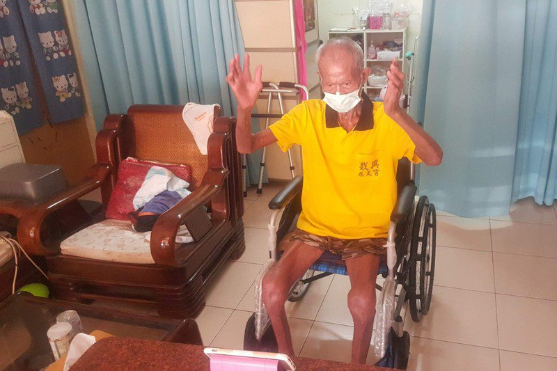 屏東縣里港鄉莊阿公,跟著職能治療師黃聖祐的直播,一起做運動。圖/黃聖祐提供
