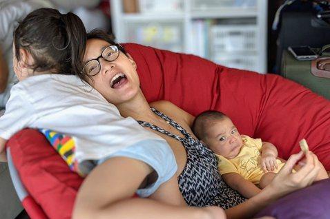 家中已有兩個兒子的Janet,目前仍然親自餵小兒子Dylan母乳,也大方在臉書上分享自己的經驗,建議媽媽們可以使用哺乳枕、哺乳巾、溢乳墊等工具,幫助大家更便利在各種不同場所親餵母乳。她還提醒媽媽,經...