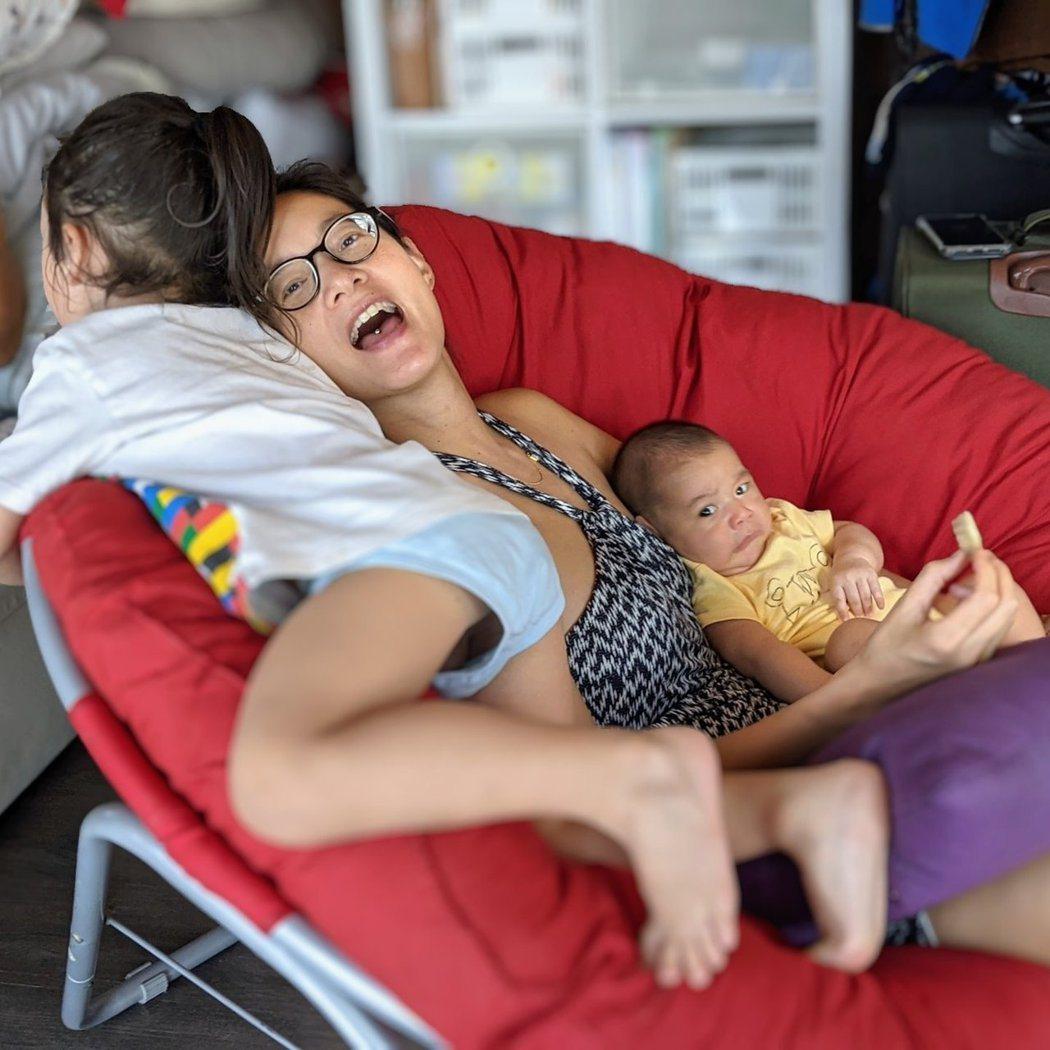 Janet有兩個兒子圍繞,是幸福的媽媽。圖/摘自Facebook