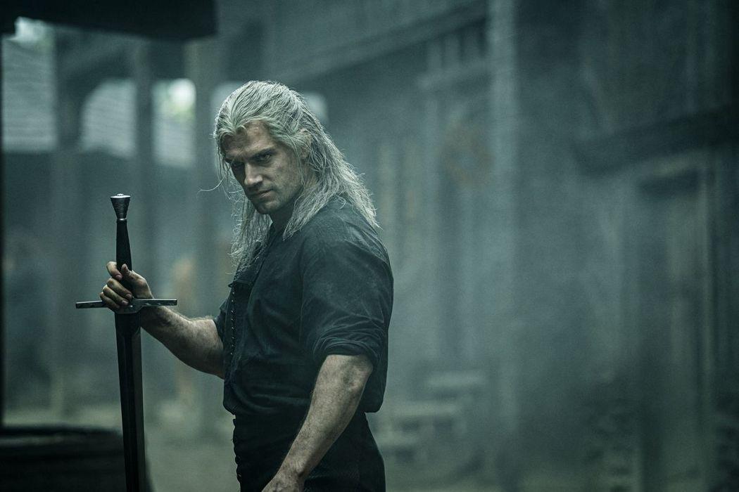 亨利卡維爾在「獵魔士」中是長髮劍客的扮相。圖/摘自Netflix