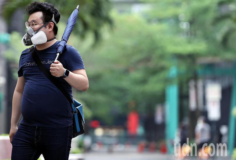 各地晴朗炎熱,西半部高溫達三十五度,民眾不畏悶熱的天氣,仍戴著防護口罩逛街。記者侯永全/攝影