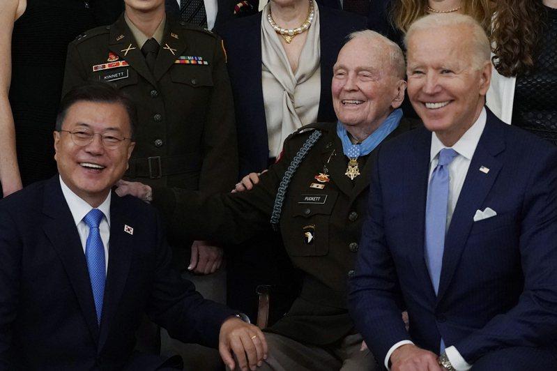 美國總統拜登(左)廿一日頒發九十四歲美國前陸軍上校帕克特(中)軍人最高榮譽的「榮譽勳章」,嘉獎他70多年前在韓戰率領美軍對抗解放軍的英勇表現,訪美的南韓總統文在寅也在場觀禮(右)。三人也在典禮結束後合照留念。圖/美聯社