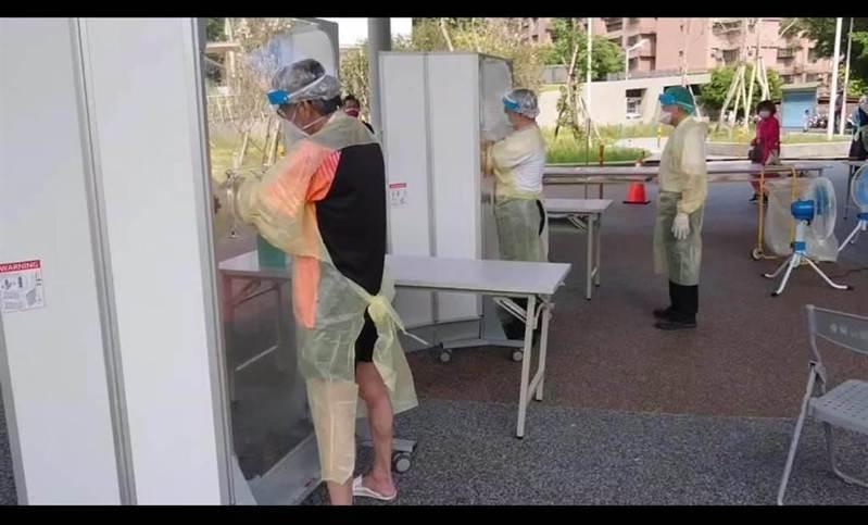 朱智凱痛批新北市竟讓醫護只穿雨衣就為民眾篩檢,但新北市衛生局回應,篩檢站同仁穿的是「防潑水醫療防護衣」,並非雨衣。圖/擷自朱志凱臉書