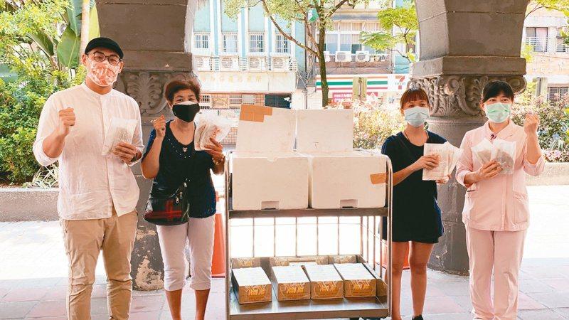 基隆有店家感謝醫護人員辛勞,昨送100份蔥抓餅及飲料到衛生福利部基隆醫院。圖/基隆市議員張秉鈞提供