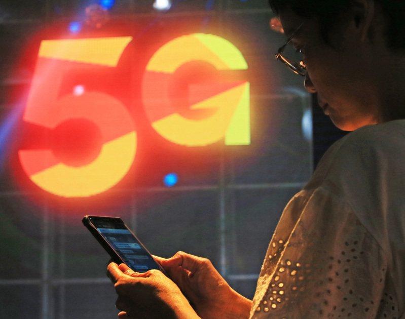 智慧手機訂單修正潮從4G手機延伸至5G手機,傳出品牌廠已先拿周邊零組件「開刀」,下修5G元件訂單,本季拉貨動能較首季下滑一至三成,主要反映終端需求不如預期。(本報系資料庫)