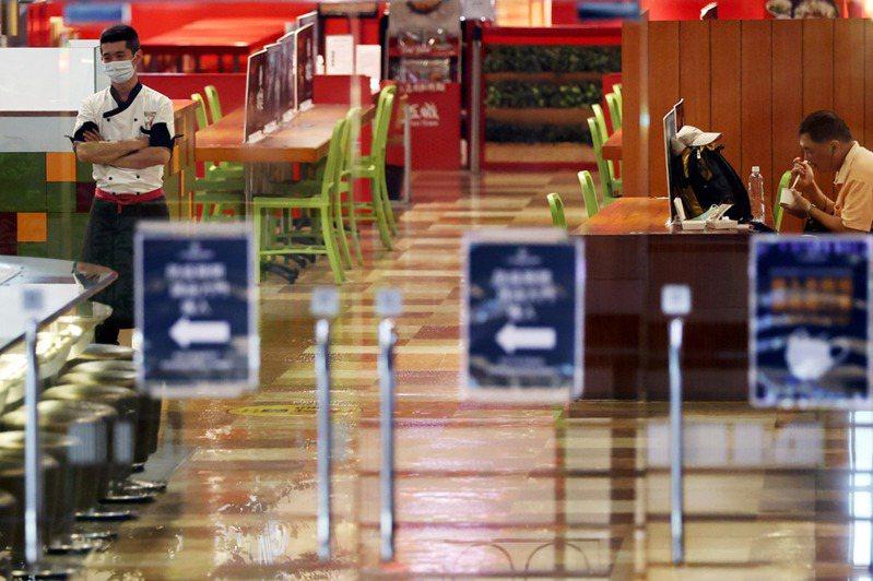 雙北及其他縣市宣布餐飲店等全面禁止內用,僅能外送或外帶。記者侯永全/攝影