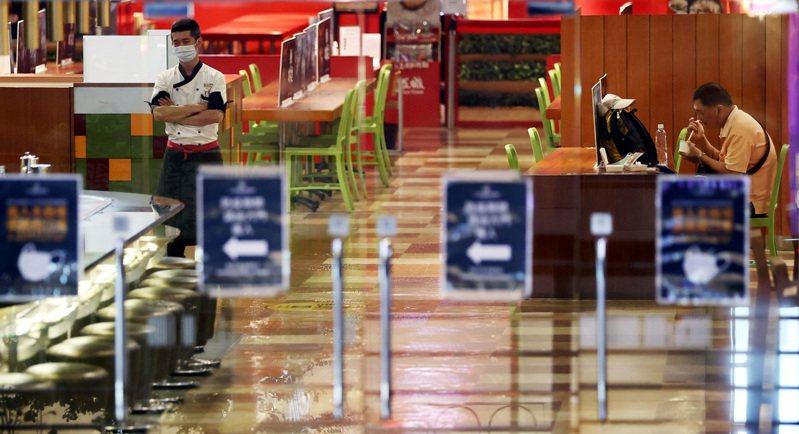 全國三級警戒首個周日,信義鬧區人潮銳減,影城內的小吃街生意冷清。雙北及其他縣市昨再宣布餐飲店等全面禁止內用,僅能外送或外帶。記者侯永全/攝影