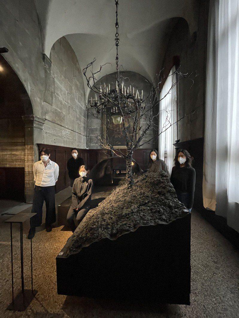 第十七屆威尼斯雙年展台灣館,前天於義大利威尼斯普里奇歐尼宮(Palazzo delle Prigioni)開展。圖為策展團隊自然洋行合影。圖/國美館提供