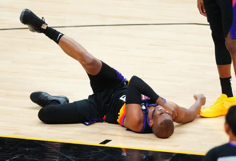 保羅在比賽中傷到右肩。 路透