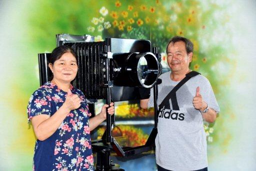 62歲楊淑貞(左)預定今年退休,她早已做好準備,用照相機與先生洪慶興一起來寫人生...