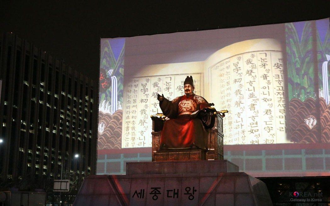 2012年的首爾光化門,在慶祝10月9日的韓文日(Hangul Day),是韓國...