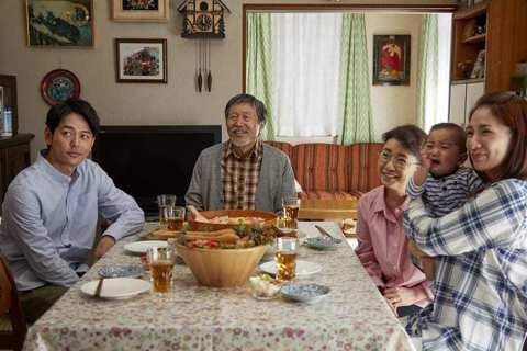 《淺田家!》舉重若輕地處理人生痛楚與變動,政志拍的「全家福」都還原了那家人曾共同...