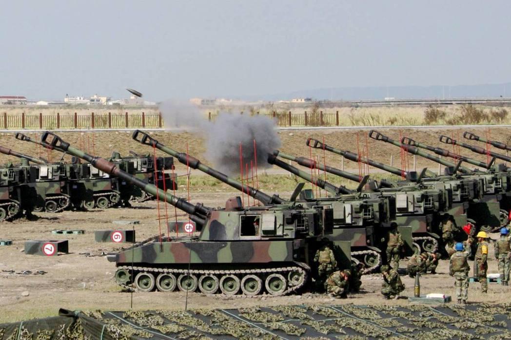 陸軍現有的自走砲除了M109A5以外,還有更為老舊的M109A2。 圖/軍聞社