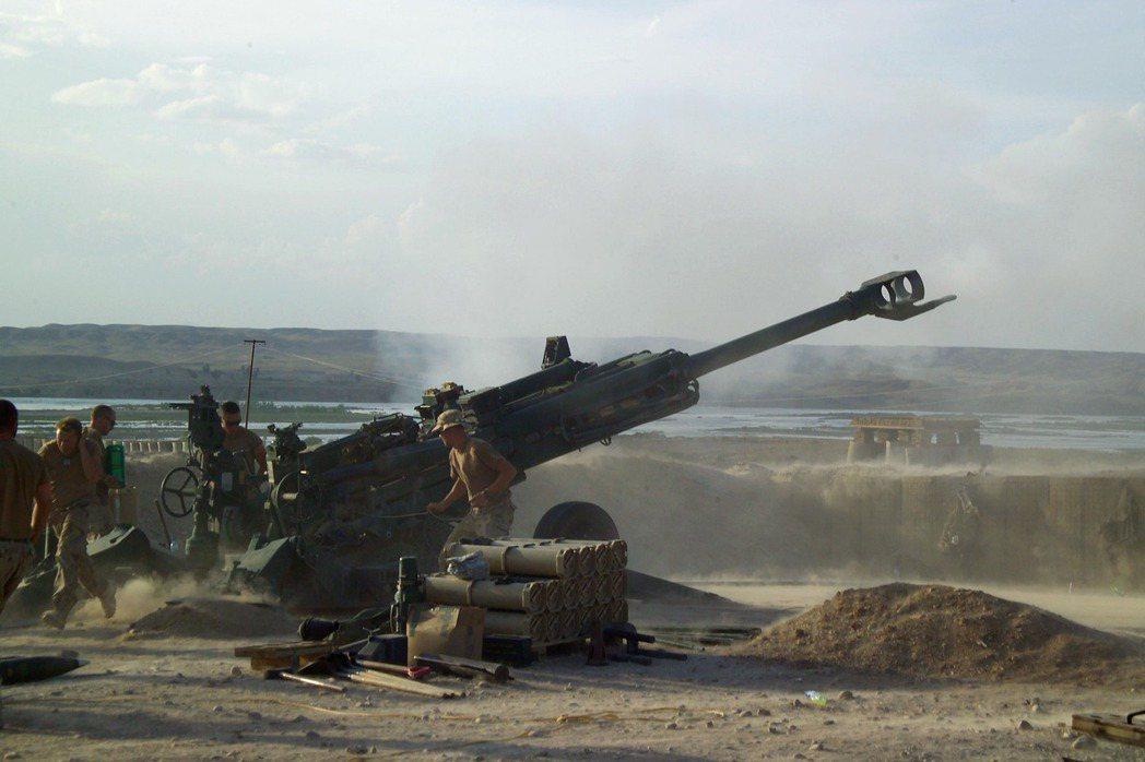 反對採購M109A6的意見認為,陸軍若能採購較便宜的M777拖曳式榴彈砲,能換裝更多砲兵單位,而且M777的技術門檻較低,有機會爭取以技術轉移的方式,授權在台灣組裝生產,可以逐步讓火砲國產化。 圖/維基共享