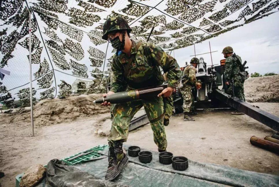 後備部隊如果只能配備與現役部隊差距極大的老舊武器,編成後備部隊又有何意義?圖為去年漢光演習首度動員後備砲兵營參與操演。 圖/軍聞社