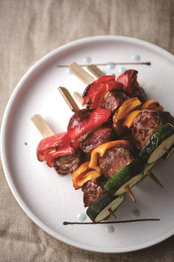 肉類在餐盤的配置是一份,每人每餐會需要150g的肉類。 圖/時報出版