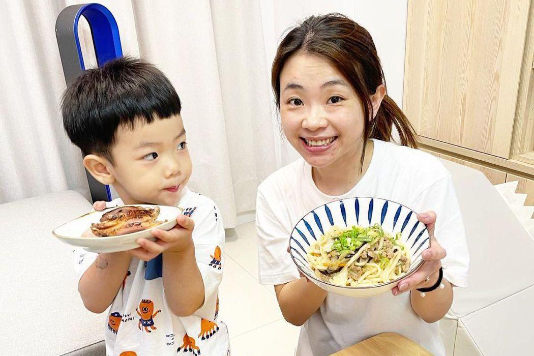 二伯與兒子蔡桃貴。圖/擷自IG
