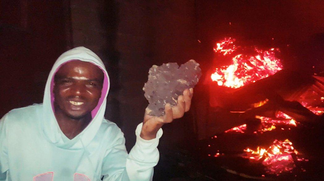 許多返回家園的市民也開始獵奇地與熔岩「打卡合照」,甚至開始把玩冷卻的熔岩堆。 圖...